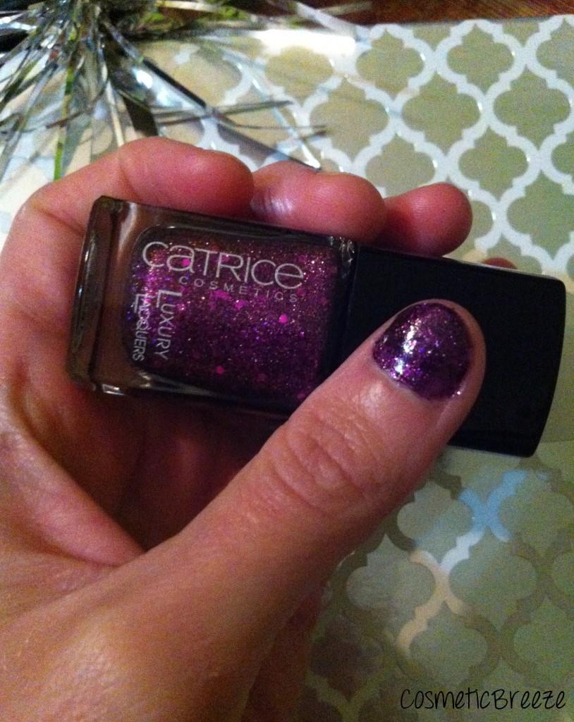 Laca de uñas morada glitter de Catrice