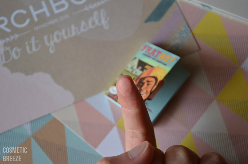 birchbox noviembre 2015 - thebalm fratboy colorete - swatch tono