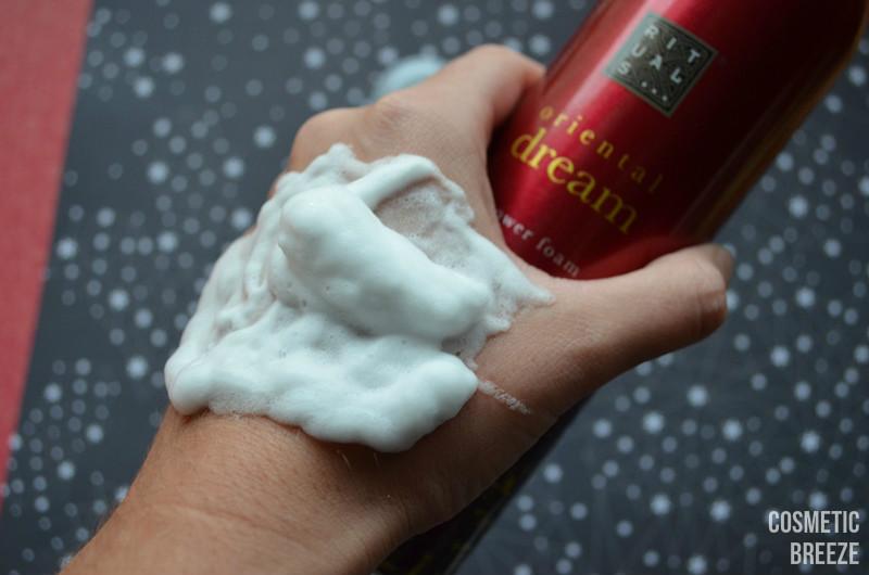 Espuma de ducha Oriental Dream de Rituals Shower Foam textura emulsionando